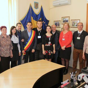 Tinerii din proiectul «L'Europe des Religions» au vizitat Primăria Odobești