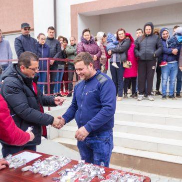 Primarul din Odobești a înmânat cheile beneficiarilor a 60 de locuințe sociale