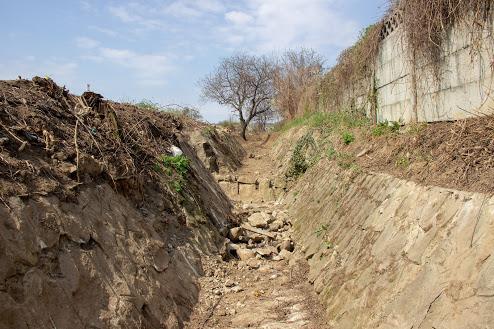 Canalele de colectare a apelor pluviale din Odobești sunt reparate și decolmatate